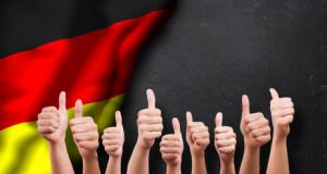 Daumen-Hoch-Gesten vor Deutschlandfahne